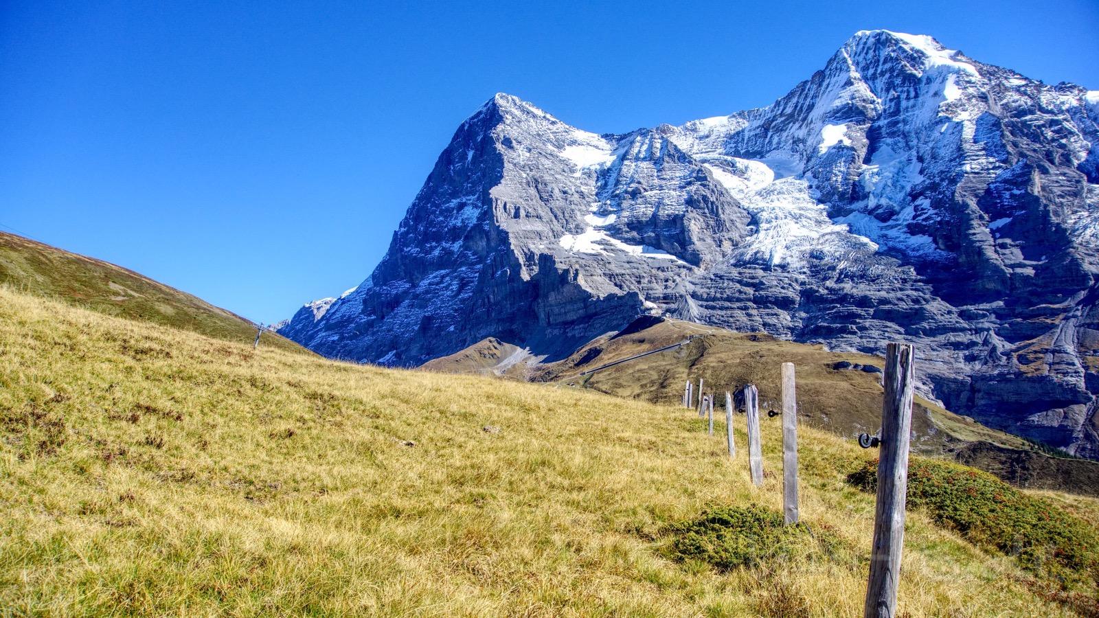 Eiger und Mönch thronen über der Alplandschaft.