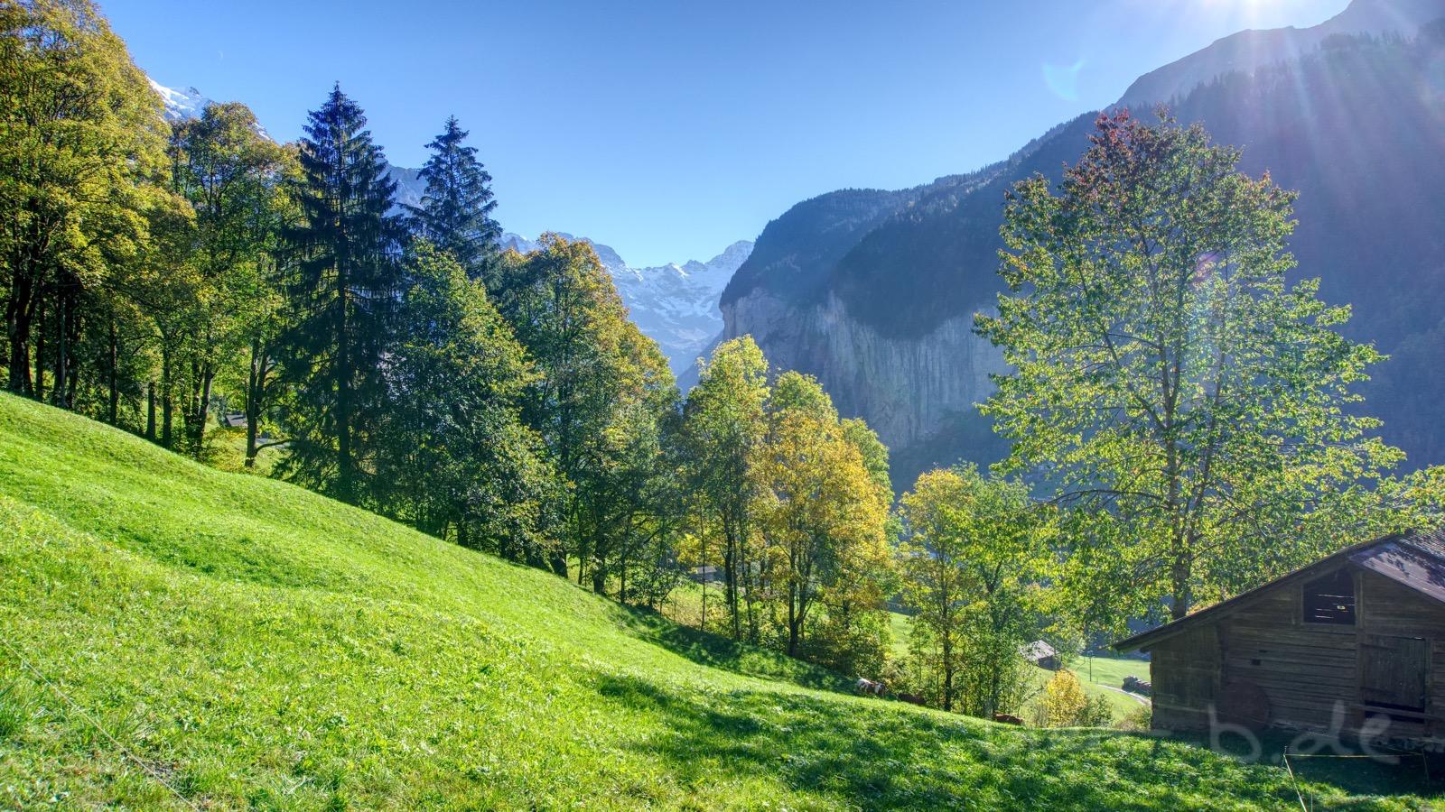 Herbstsonne auf dem Weg hinab ins Lauterbrunnen-Tal.