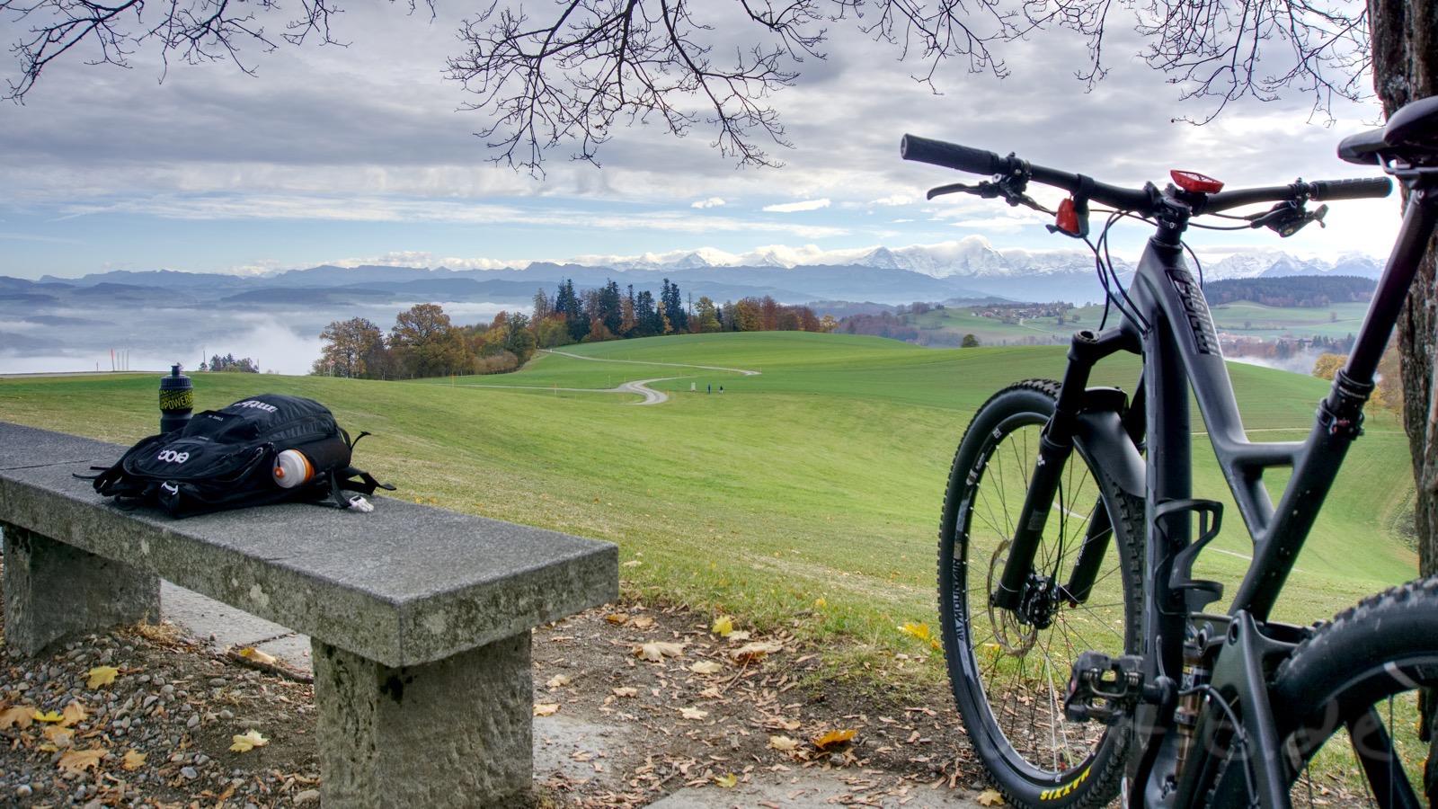 Rechts: Neues Bike - Links: Nebel aus dem wir geflohen sind - Hintergrund: Verschneites Oberland