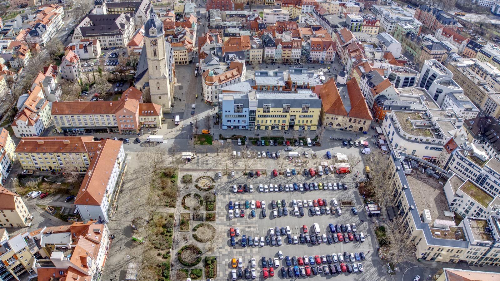 Blick auf den Eichplatz mit Blechkisten im Herzen der Stadt.