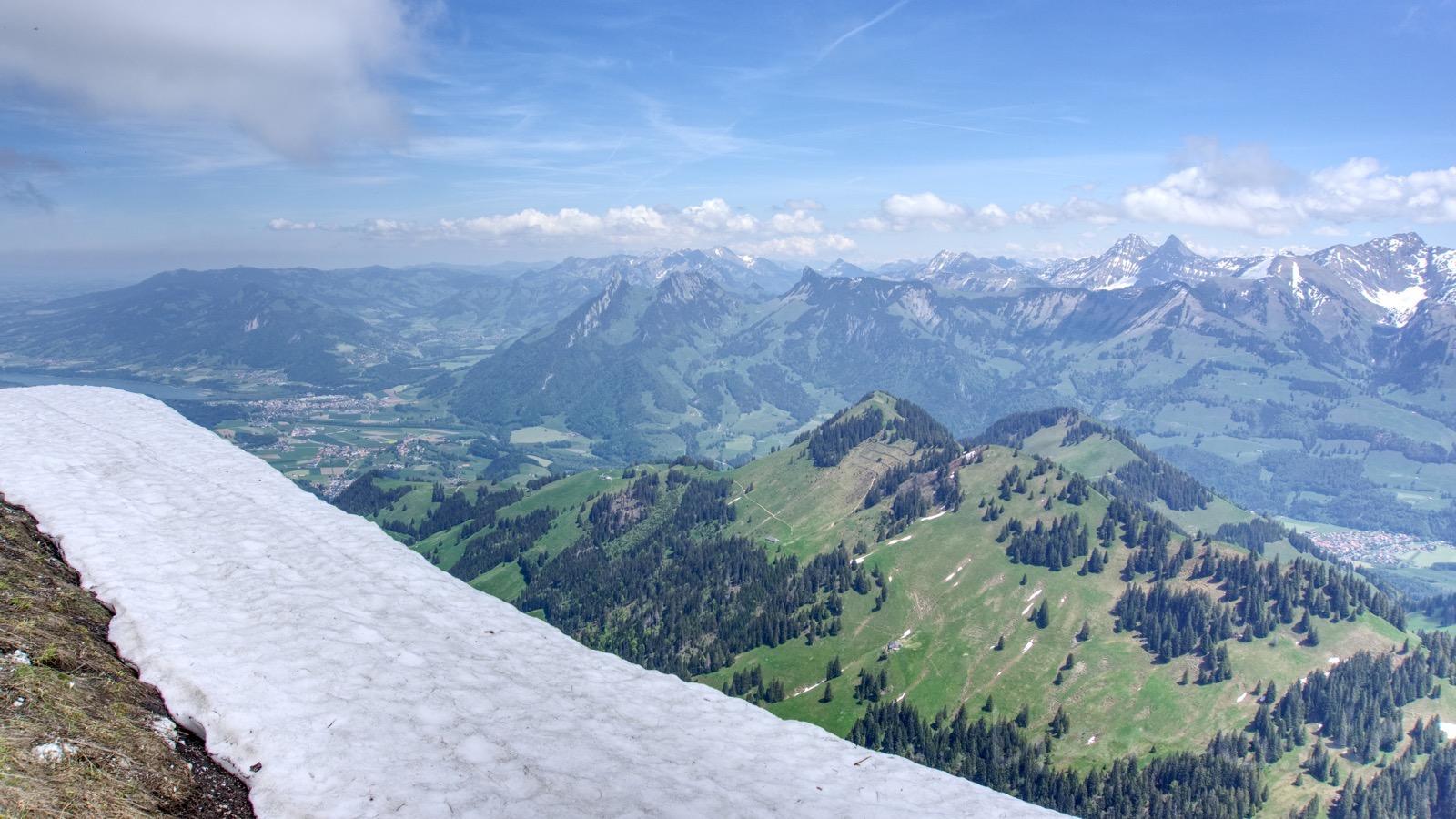 Schneereste und der Blick Richtung Berner Oberland.