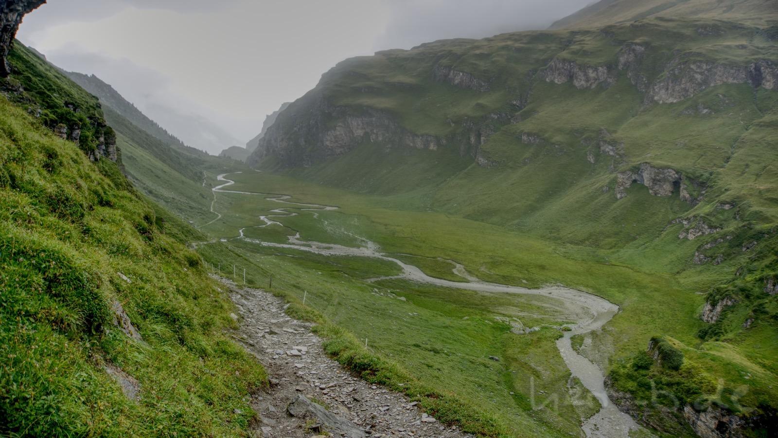 Nasse Landschaft in der Abfahrt vom Tomülpass nach Vals.