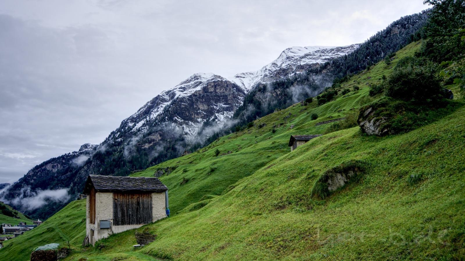 Morgen in Vals mit Schnee oberhalb des Hotels.